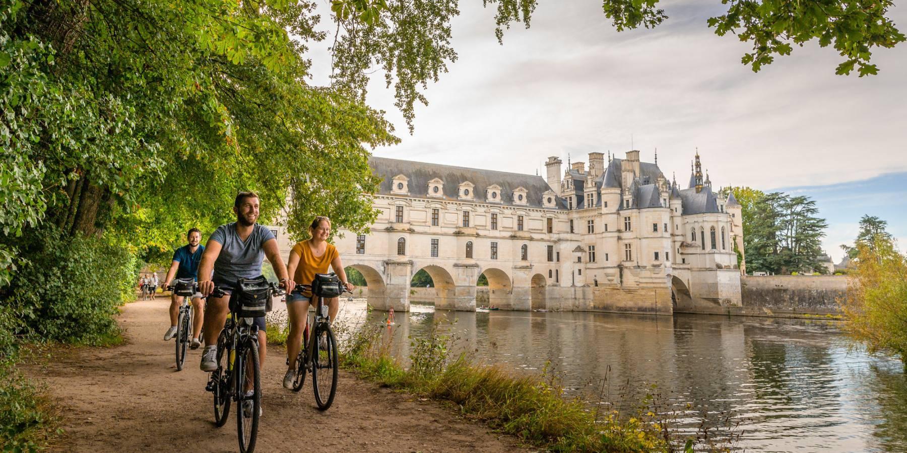 Vélo sur les bords du Cher - © Crédit ADT Touraine - Jean-Christophe COUTAND